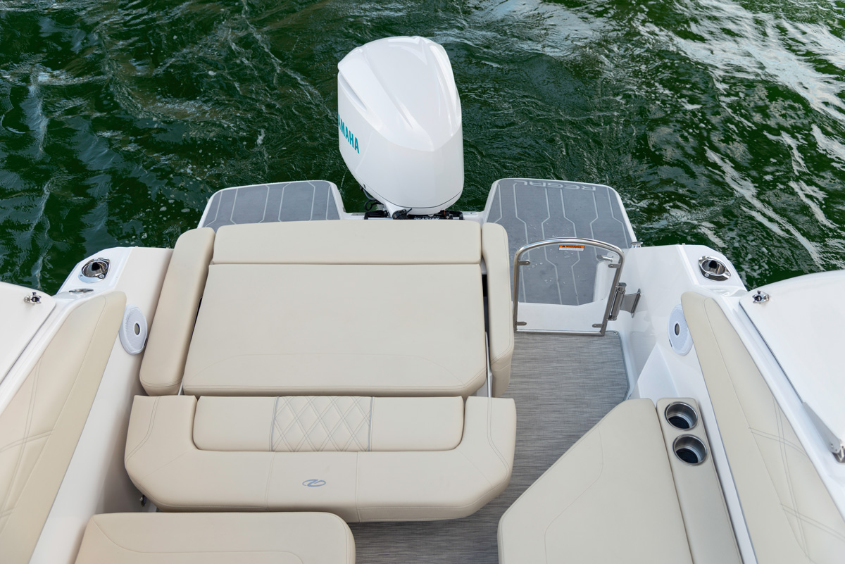 26 XO Hors-bord carré arrière convertible bain de soleil