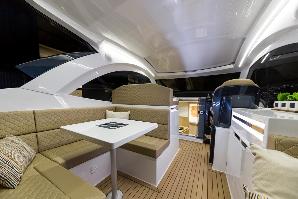 GALEON 335 HTS salon cockpit éclairé