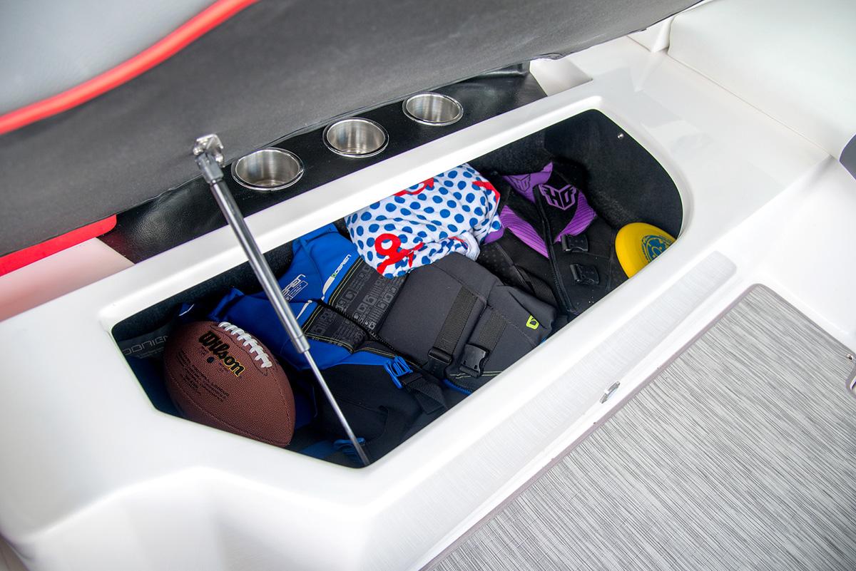 Regal 2300 RX SURF rangement