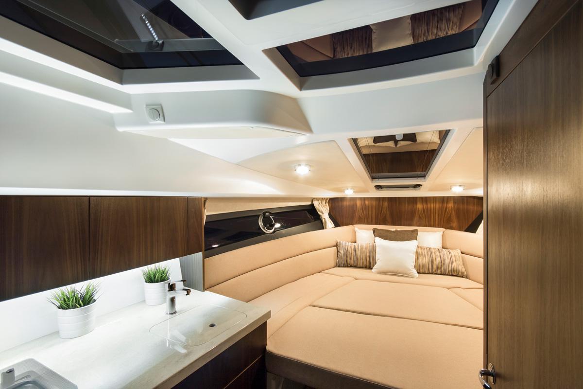 Galeon 305 HTS intérieur cabine pointe