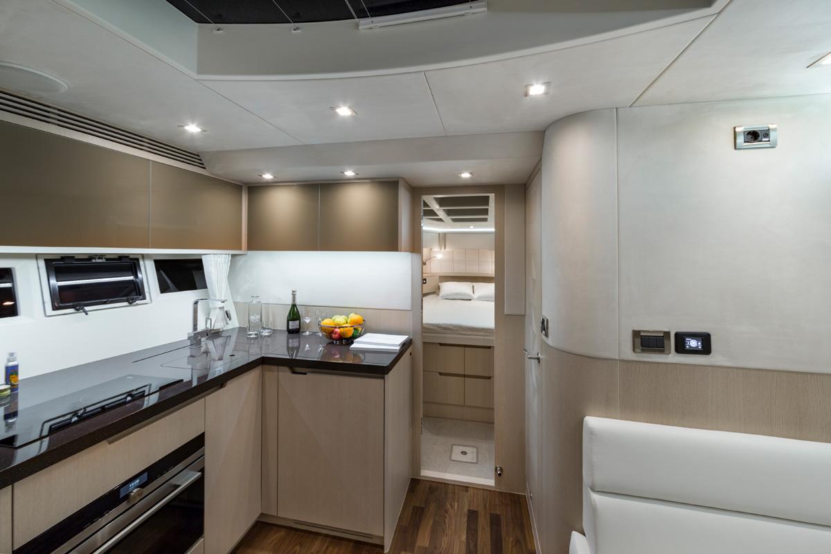 Galeon 485 HTS cuisine et cabine pointe