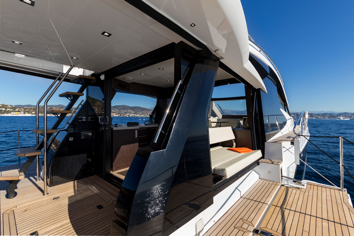 Galeon 510 SKYDECK beach mode cockpit ouvert