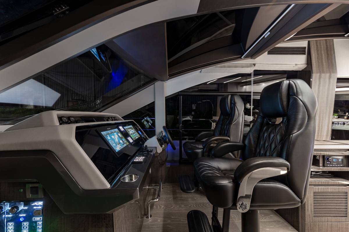 Galeon 650 SKYDECK poste pilotage cockpit