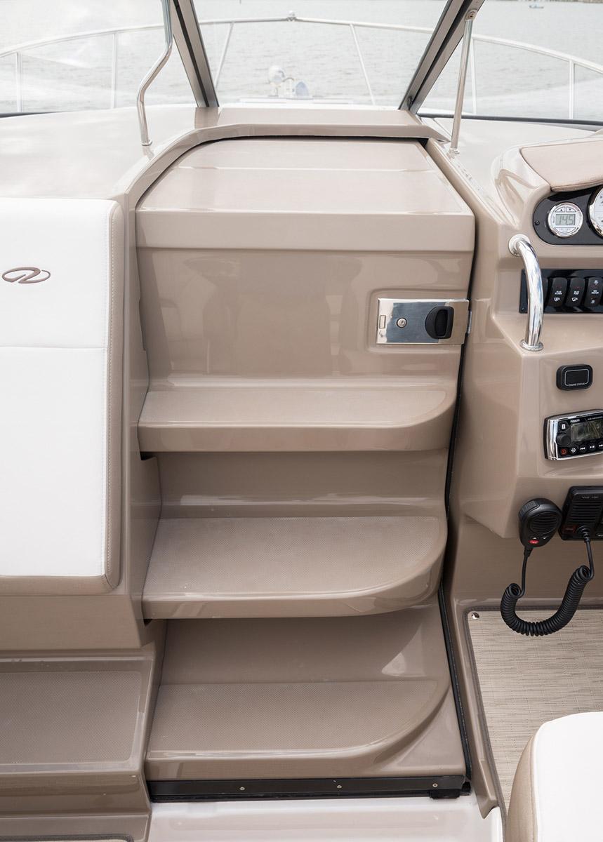 Regal 26 Express acces cabine et pointe